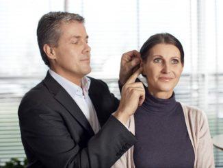 kesalahan pengaturan pada alat bantu dengar terjadi, Anda mungkin masih mendengar setiap suara latar yang bising dan suara lainnya, kecuali suara vokal yang seharusnya didengar