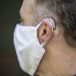 Mengenakan Masker Wajah dengan Alat Bantu Dengar